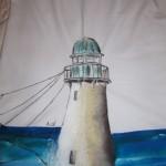 maglietta decorata con faro e dettagli sul mare. magici scacciaspiriti e onde mosse dal vento ispirano questa maglia